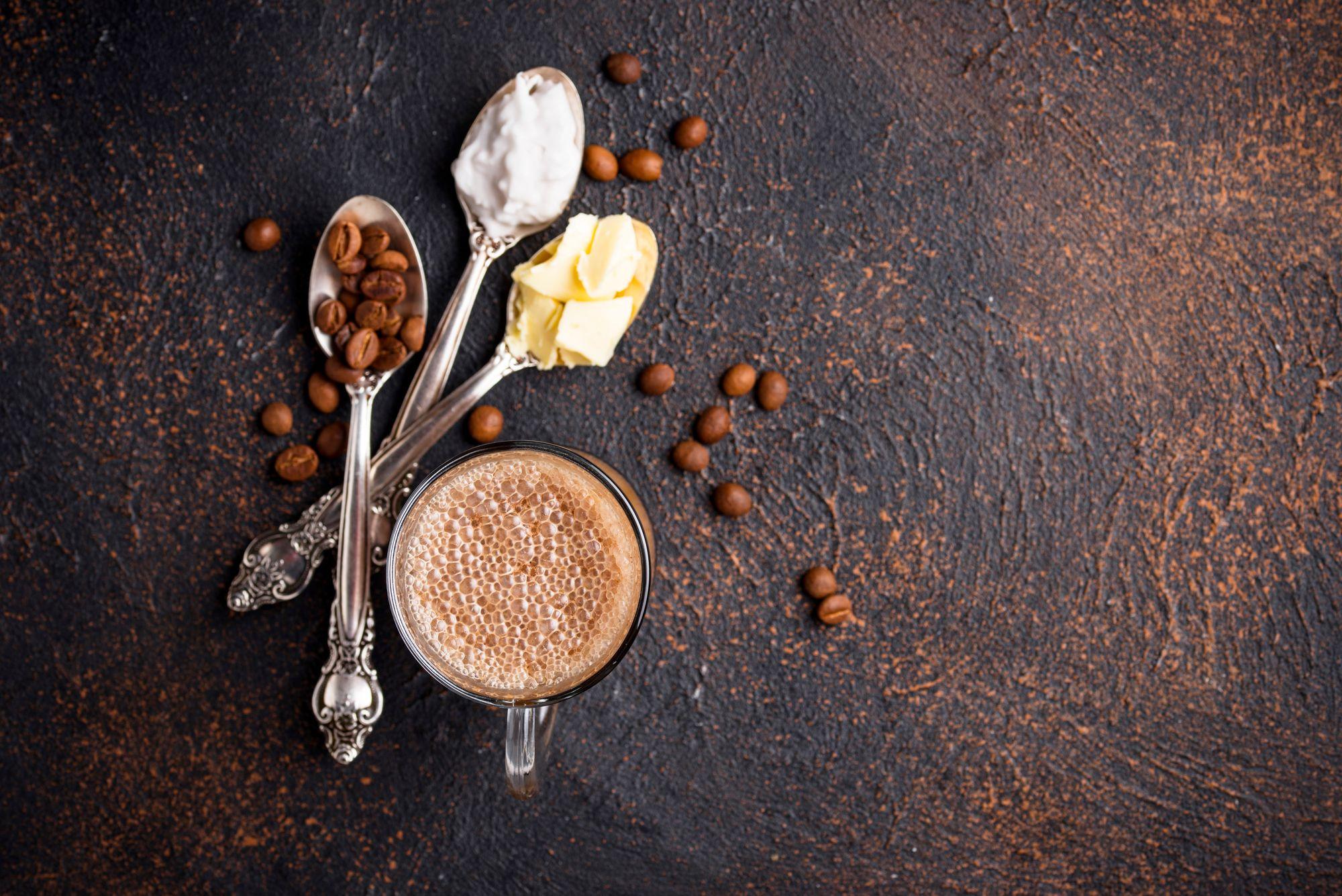 Bulletproof coffee: café, manteiga e óleo. (Reprodução/Freepik)