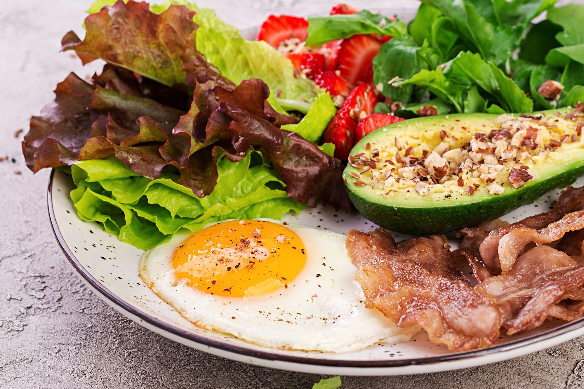 Prato rico em alimentos permitidos na dieta cetogênica. (Reprodução/Freepik)