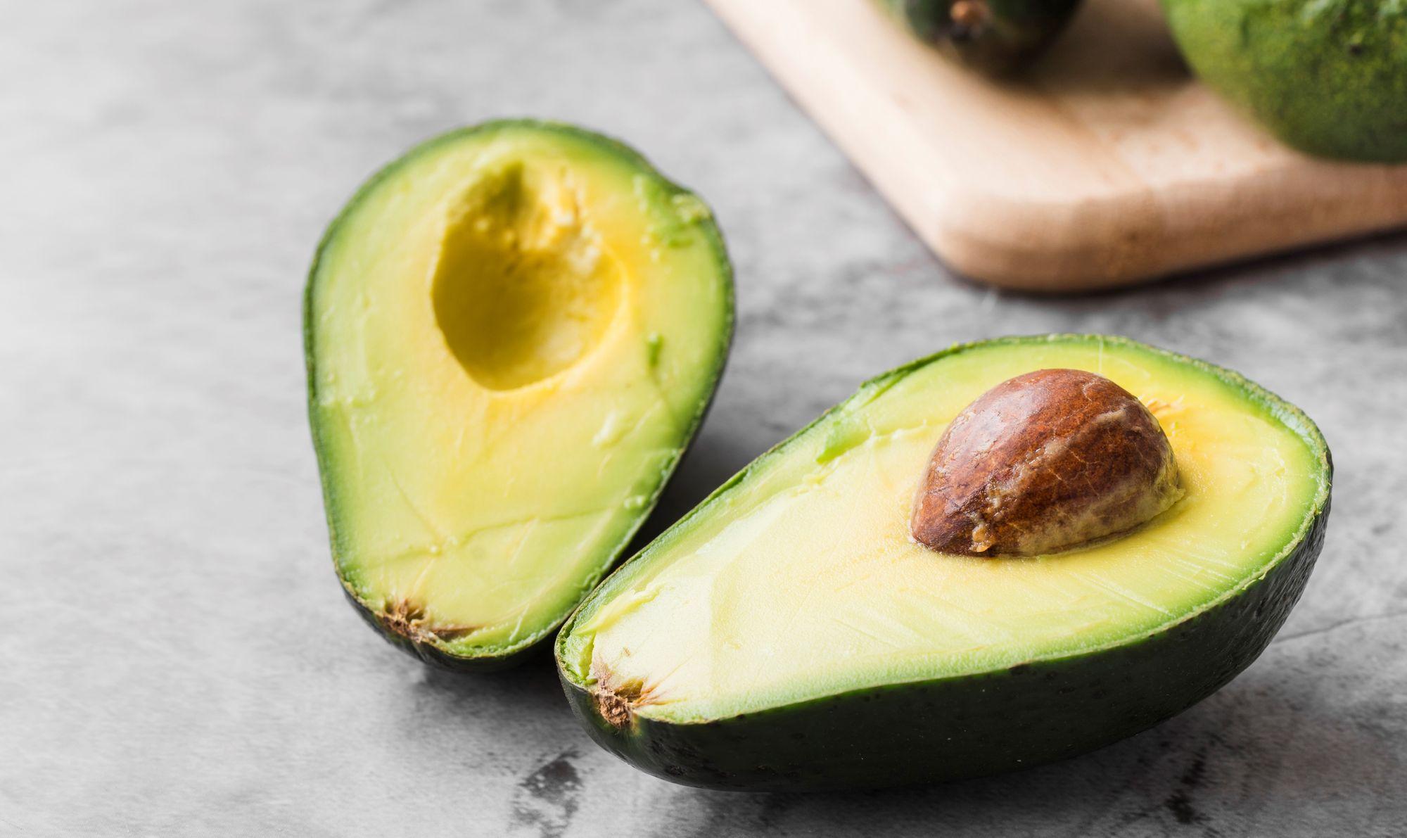 Abacate, por ser rico em Vitamina F, ajuda no combate a caspa. (Reprodução/Freepik)