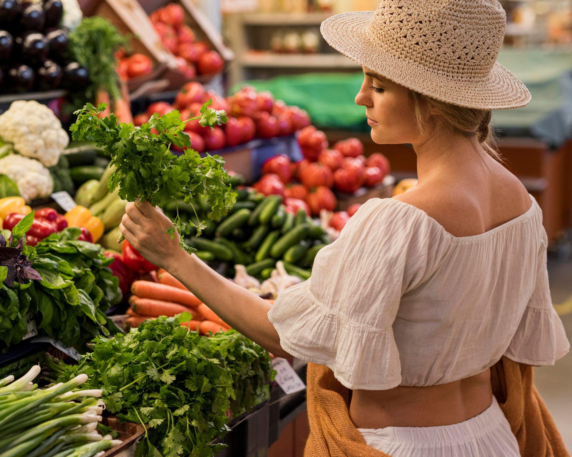 Mulher fazendo compras.