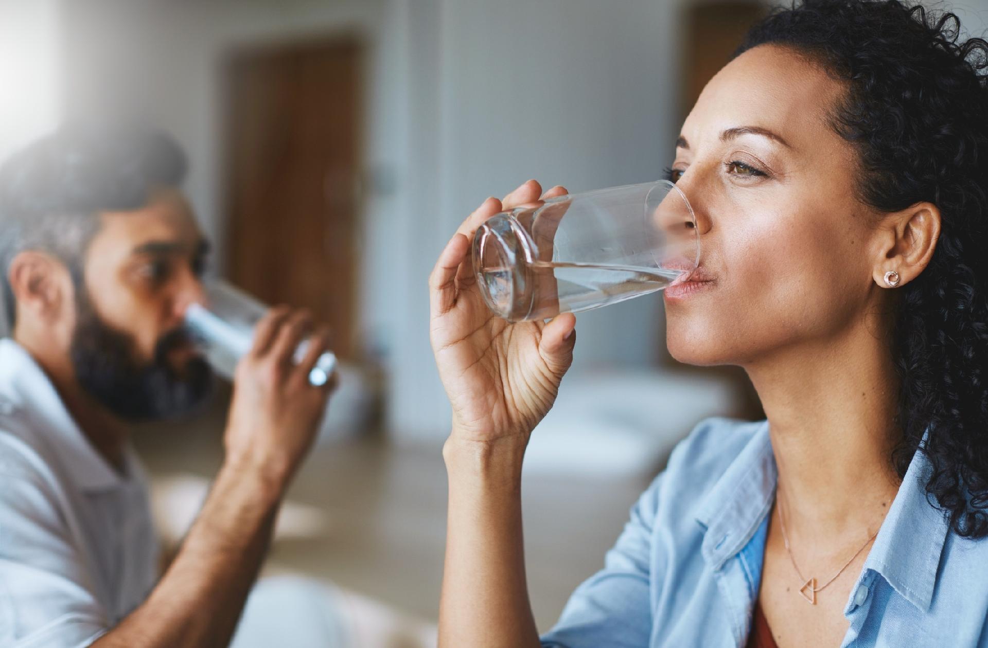 A falta de hidratação causa enxaqueca (Fonte: UOL)