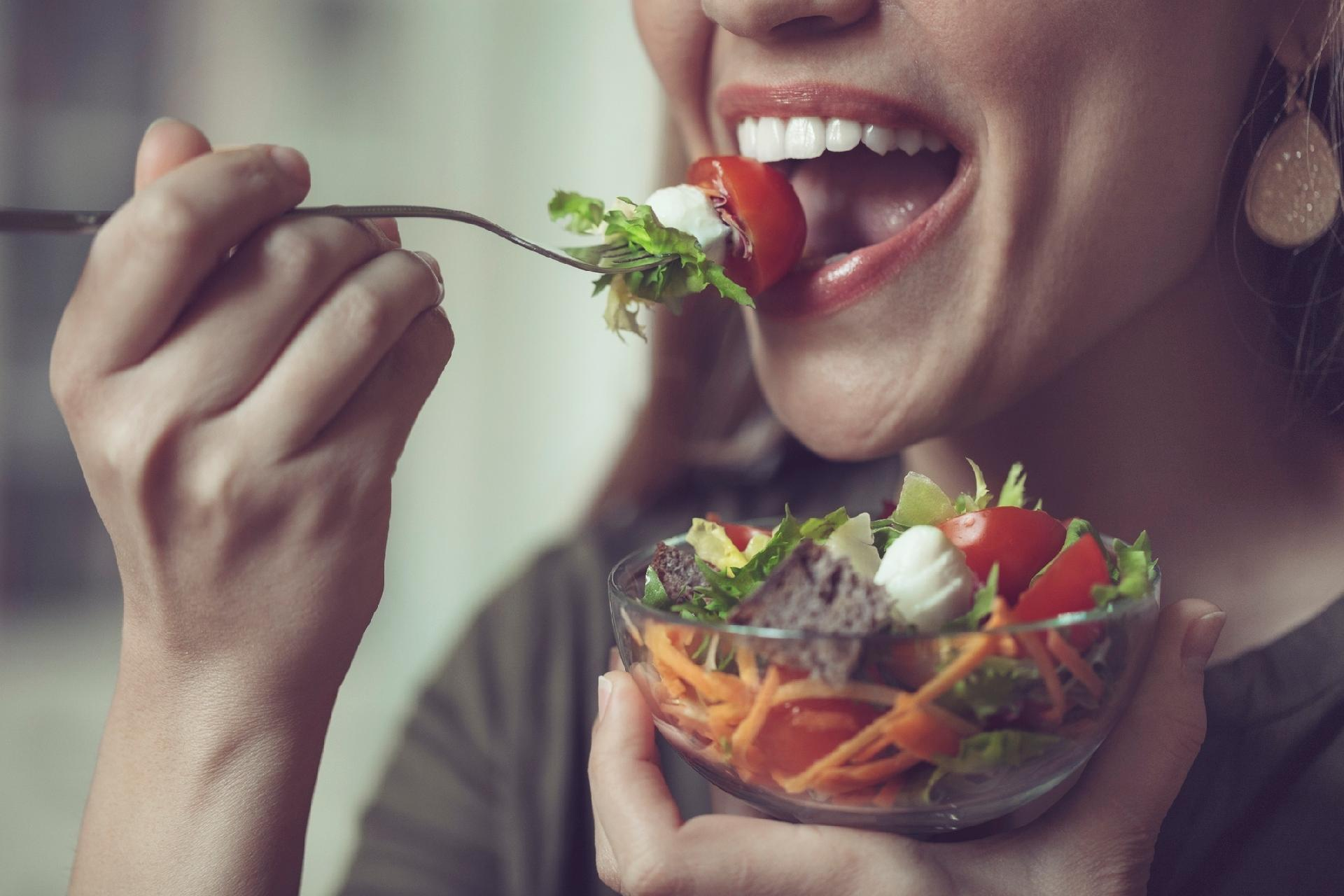 Mastigue bem os alimentos para ter uma alimentação saudável (Fonte: UOL)