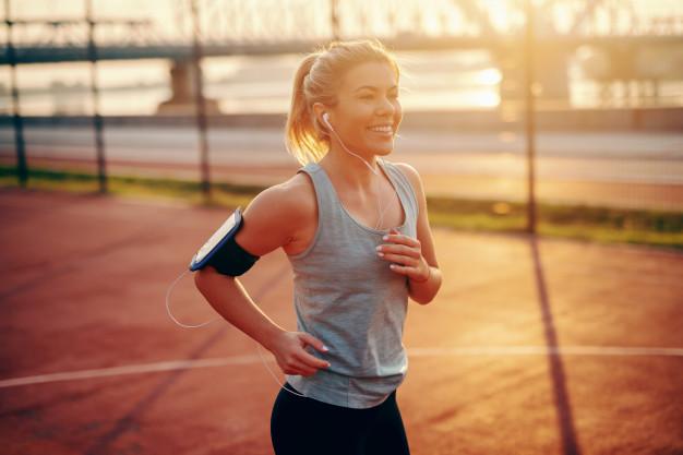 Ter o hábito de correr aumenta a autoestima e autoconfiança (Fonte: Freepik)