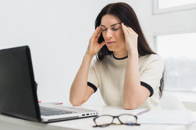 Jejum prolongado pode causar dor de cabeça (Fonte: Freepik)