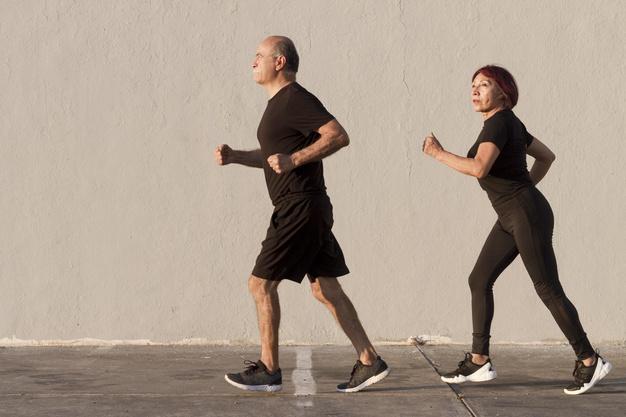 A caminhada é recomendada para idosos pois não exige esforço físico (Fonte: Freepik)