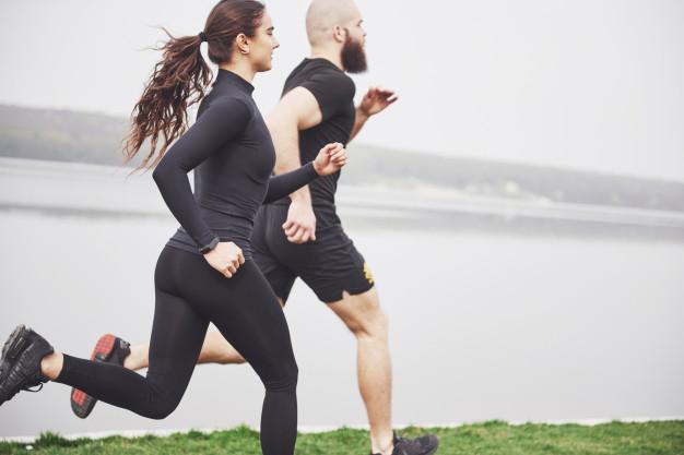 Correr, além de ajudar na perda de peso, traz diversos benefícios para a saúde (Freepik)