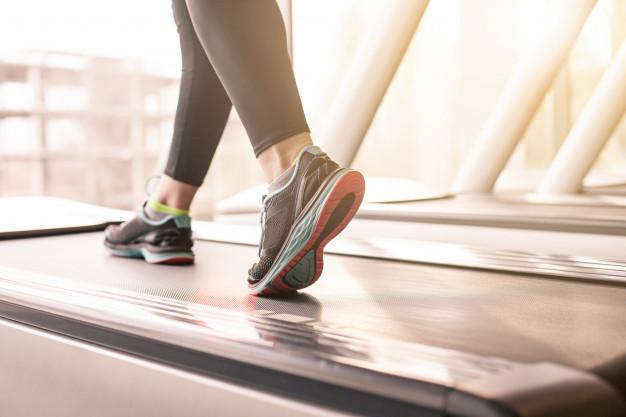 A caminhada e a corrida trazem diversos benefícios para a saúde (Freepik)